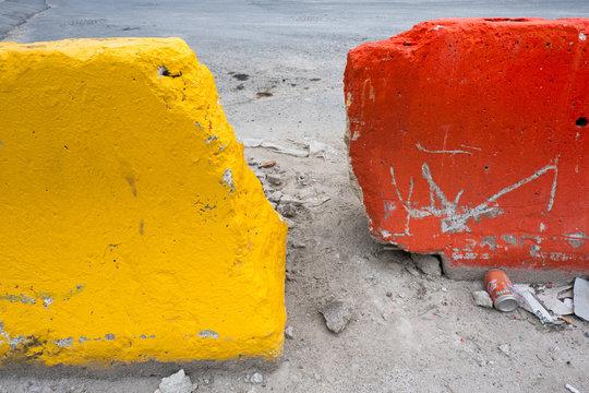 borne rouge jaune chantier construction béton rouge balisage signalétique