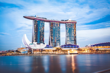 Poster de jardin Singapoure SINGAPORE, SINGAPORE - MARCH 2019: Skyline of Singapore Marina Bay at night with Marina Bay sands, Art Science museum and tourist boats