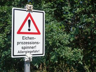 Warnung - Gefahr - Hinweisschild vor Eichenwald