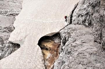 Anspruchsvolle Tour - Auf dem Alpinisteig unterwegs , Altschneefeld-Der frühere Kriegssteig in den Dolomiten ist heute eine beliebte Tour für Klettersteiggeher
