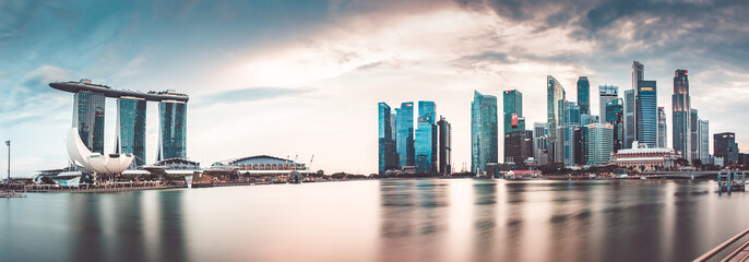 SINGAPORE, SINGAPORE - MARCH 2019: Vibrant panorama background of Singapore skyline at the business bay Fototapete