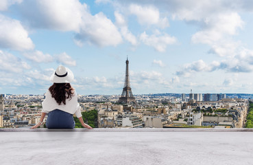 Foto auf Gartenposter Paris Young traveler woman in white hat looking at Eiffel tower, famous landmark and travel destination in Paris, France in summer