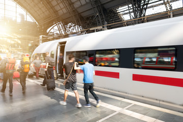 Reisende Menschen mit Gepäck am Bahnsteig während der Rush Hour Wall mural