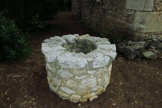 Vieux puits de pierre circulaire