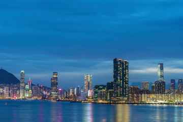 Fototapete - Panorama of Skyline of Victoria Harbor of Hong Kong city at dusk
