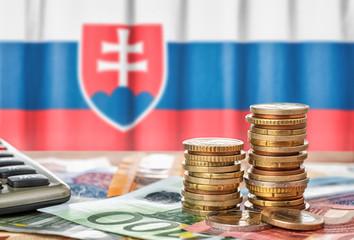 Fotomurales - Geldscheine und Münzen vor der Nationalflagge der Slowakai