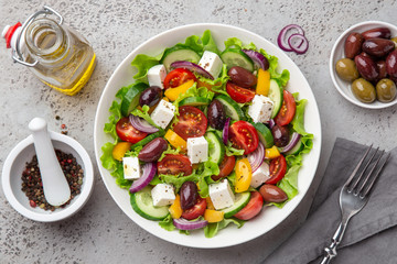 greek salad ( tomato, cucumber, bel pepper, olives  and feta cheese) in white bowl Fototapete