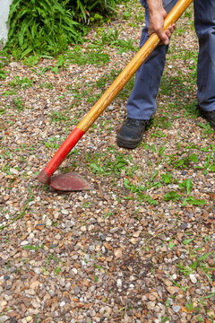 Désherbage écologique - jardinier passant la houe