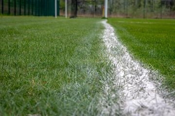 świeżo malowana linia na amatorskim boisku trawiastym