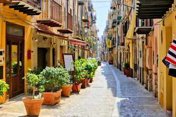 Fototapete - Narrow street in the old town of Cefalu, Sicily, Italy