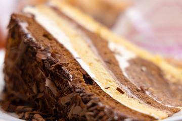 Stück Schokolade Torte auf Teller in Konditorei