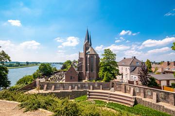Blick von der Burg auf die Kirche in Keverberg an der Maas, Niederlande