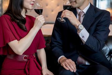 赤ワインを飲む男女