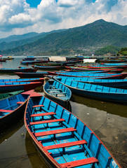 Photo sur Aluminium Népal Colorful Rowboats on Phewa Lake in Pokhara, Nepal