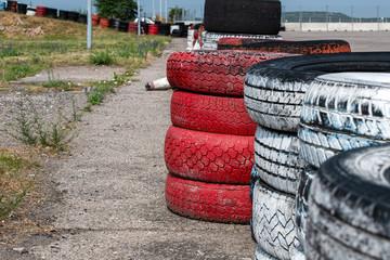 Stare, zużyte opony ustawione jako zapora bezpieczeństwa na torze wyścigowym