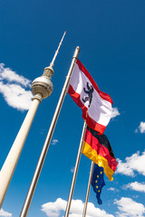 Berlin - Fernsehturm mit Fahnen - hochkant