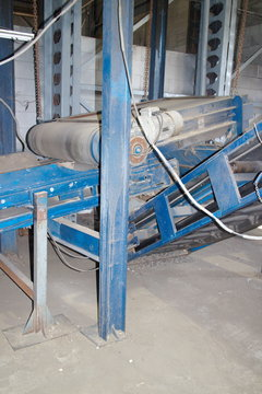 magnetic separator for the selection of metal from the conveyor