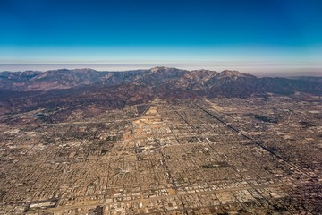 Fotomurales - downtown los angeles skyline and suburbs from airplane and smoke from wild fires