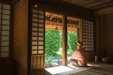 Man relaxing in old Japanese house 古民家でくつろぐ男性
