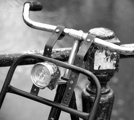 Aluminium Prints Bicycle An einem Geländer geparktes Fahrrad