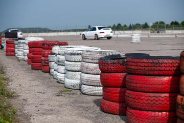 bariera ze starych opon na torze wyścigowym
