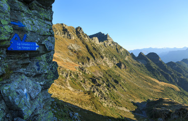 Fotomurales - Directions for mountain hut in the beautiful mountains of Ticino, Switzerland, on a summers morning.