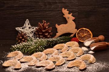 Weihnachtsplätzchen Vanillekipferl und Rentier