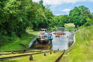 Fototapeta Statek na Kanale Elbląskim, Mazury, Polska