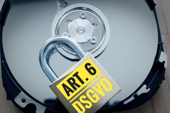 Festplatte und Vorhängeschloss mit Gesetzesparagraph in deutsch Art. 6 DSGVO in englisch GDPR