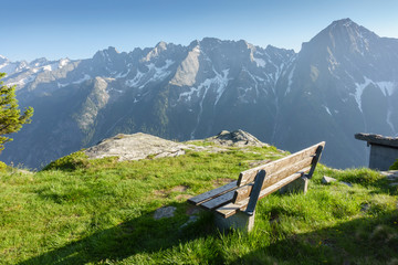 Fototapete - Ruhebank mit Aussicht über die Alpen