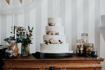 Hochzeitstorte und Candybar im Vintage-Stil weiß rosa
