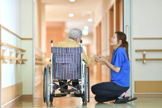 老人介護施設・施設でくつろぐ母