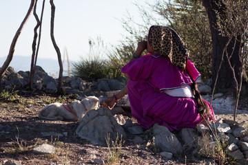 Mujer Huichol en wirikuta