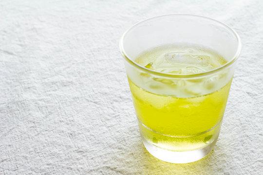 グラスに入った冷たい緑茶