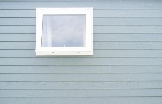 Fenster in Blauer Bretterwand