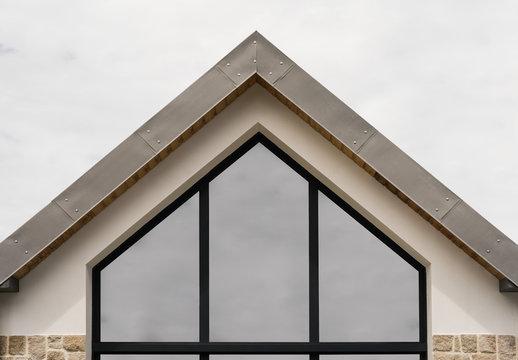 Moderner Hausgiebel mit Trapezfenster und Titanzink - Modern house gable with trapezoidal windows and titanium zinc
