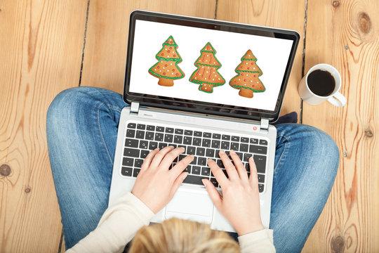 Weihnachtsbaumlebkuchen auf Laptop