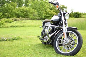 牧草地とバイク