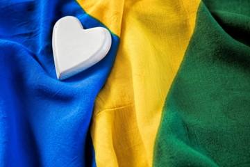 detail der brasilianischen nationalflagge mit einem herz
