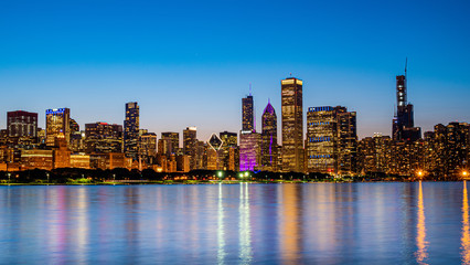 Photo sur Toile Chicago Chicago - amazing view over the skyline in the evening - CHICAGO, ILLINOIS - JUNE 12, 2019