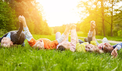 Glückliche Kinder liegen auf Wiese im Sommer