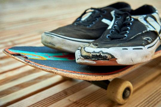vieille planche de skateboard et chaussures
