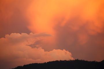 angeleuchtete Wolken am Abendhimmel
