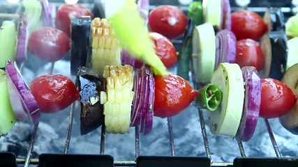 Fototapete -  cooking process vegetables on wooden skewer on the grill