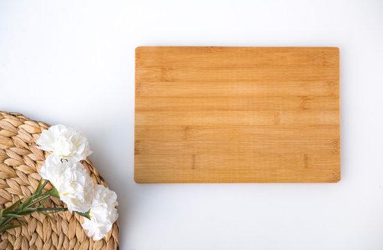 tabla de madera decorada con flores sobre fondo blanco