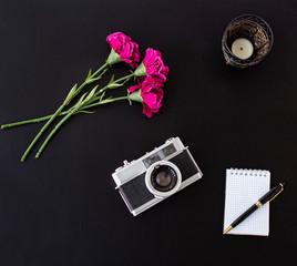 escritorio con cámara de fotos vintage