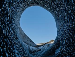 Die große Öffnung einer Gletscherhöhle in Island