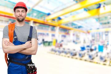 Industriearbeiter Mann in Arbeitskleidung in einer Industrieanlage - Reparatur und Montage // workers with equipment in a factory - closeup