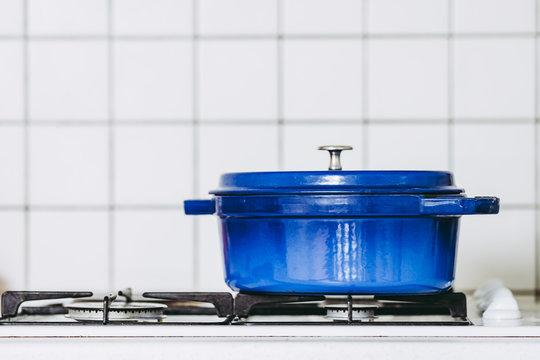 Cocotte en fonte bleue posée sur une gazinière