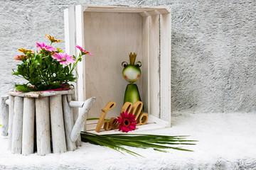 """Holzkiste mit Dekoration Frosch, Blumen  und einem Schild """"hello"""""""
